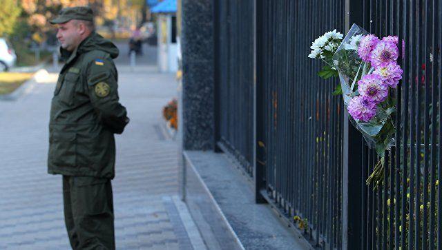 Цветы в Киеве в память о жертвах трагедии в Керчи