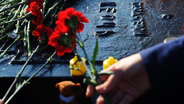 Цветы и свечи в память о погибших при нападении на колледж в Керчи на монументе города-героя Керчь мемориального комплекса «Вечный огонь» на Соборной площади Тамбова