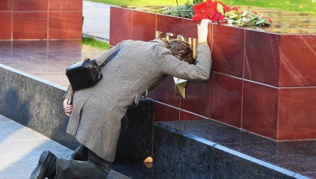 Цветы на памятнике городу-герою Керчи в Александровском саду в Москве в знак траура по погибшим при взрыве в колледже в Керчи. 17 октября 2018