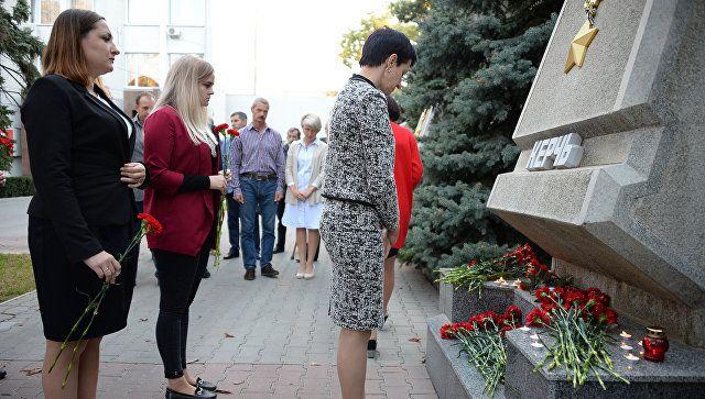 Севастопольцы несут цветы к монументу городу-герою Керчь. 17 октября 2018