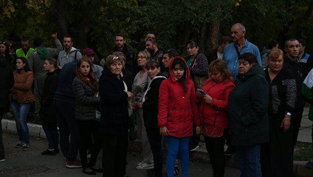 Люди на месте трагедии в Керченском политехническом колледже. 17 октября 2018