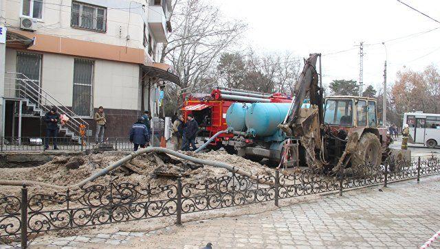 Ремонтно-восстановительные работы на водоводе на пересечении улиц Чехова и Севастопольская в Симферополе. 9 декабря 2018