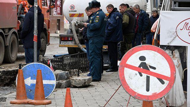 На месте аварии на водоводе в центре Симферополя. 9 декабря 2018