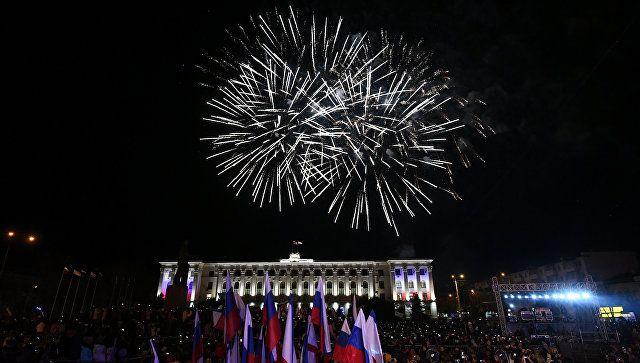 Праздничный фейерверк в Симферополе по случаю пятилетия воссоединения Крыма с Россией