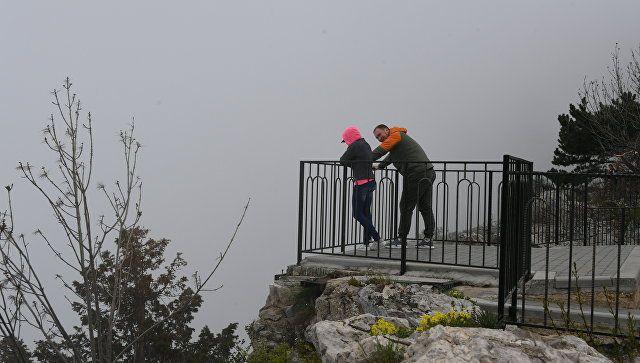 Туристы на плато Ай-Петри в Крыму