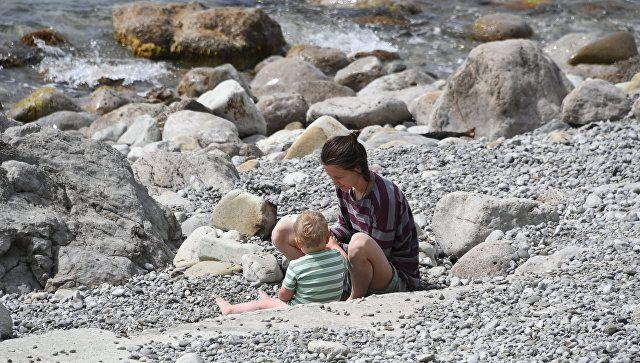 Женщина с ребенком на пляже в Симеизе
