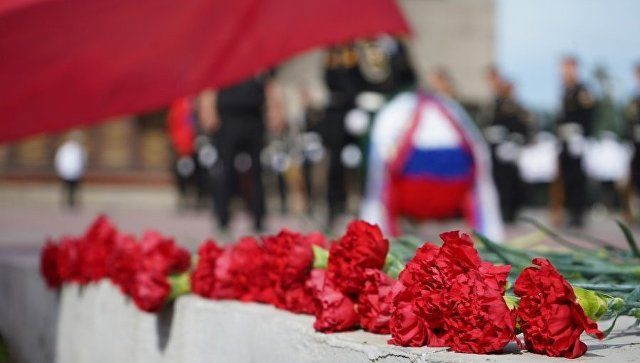 Возложения цветов к Вечному огню на мемориале героической обороны Севастополя 1941-1942 годов в рамках мероприятий, посвященных Дню России