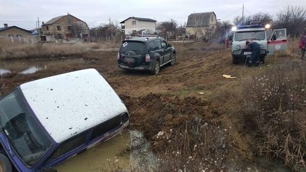В Крыму Нива чуть не утонула в грязи - фото