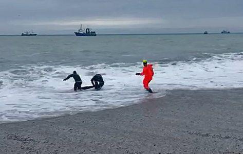 Жертва стихии: в Крыму во время шторма утонул человек - фото