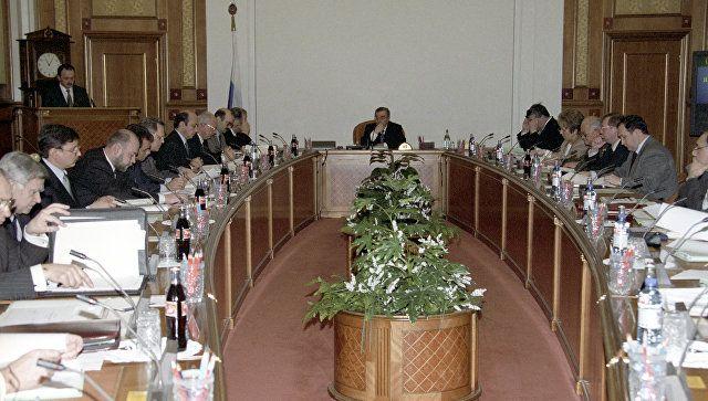 Председатель Правительства Российской Федерации Евгений Максимович Примаков (на дальнем плане в центре) во время заседания членов Правительства РФ.