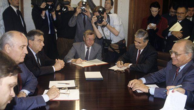 Президент СССР Михаил Горбачев (второй слева) и министр финансов Франции Пьер Береговуа (справа) во время переговоров. Третий слева - член Президентского совета СССР Евгений Примаков.