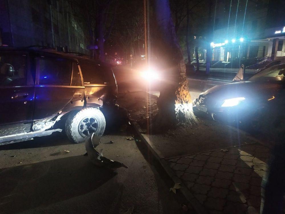 В Симферополе девушка на Mercedes разбила сразу три автомобиля