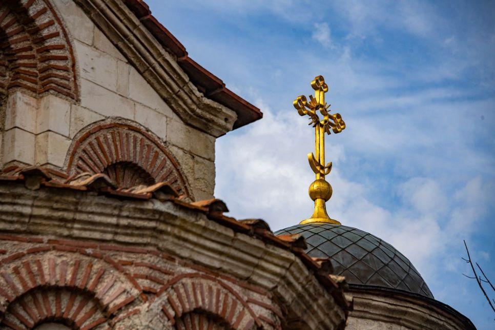 Шалманы выше куполов: в Керчи разрушается самый древний храм России