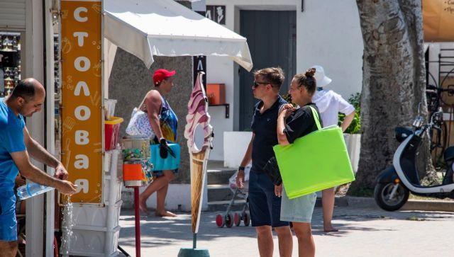 Туристы возле столовой в Евпатории